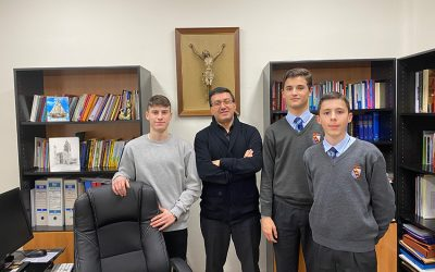 Alumnos Excellence entrevistan al Vicario de Pastoral